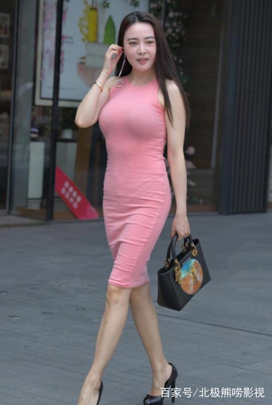 少妇岀轨-淫乱_街拍:丰腴的少妇穿紧身连体裙,身材前凸后翘,尽显完美