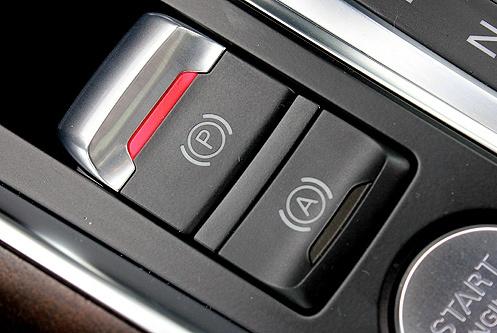汽车机械手刹和电子手刹,你更喜欢哪个?老司机教你怎么选择