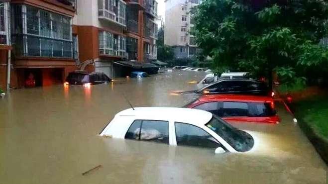 暴雨时,为什么有些车主宁愿车被淹也不把车开走?