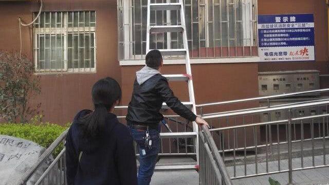 郑州七旬老汉家中跌倒,在地上躺了一夜,这群人借梯子翻窗施救!