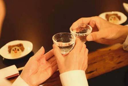 """喝酒时旁边为何会放1杯水,外行人以为是""""认怂""""内行人:学着点"""
