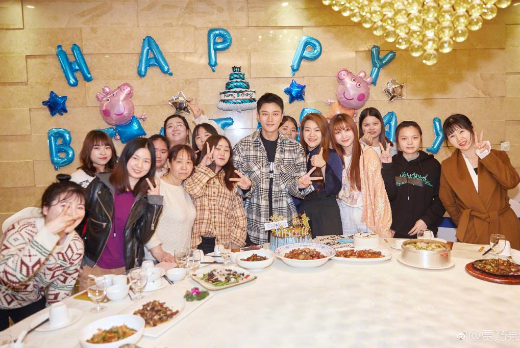 贾乃亮35岁生日粉丝为其制造生日惊喜,和粉丝互动甜笑画面超温馨
