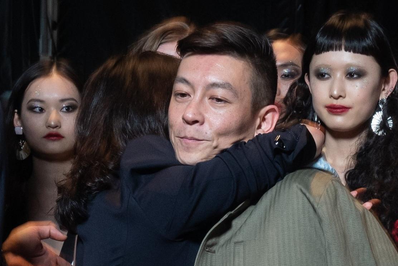 陈冠希现身上海时装周,和刘嘉玲热烈拥抱,网友:长得越来越丑了