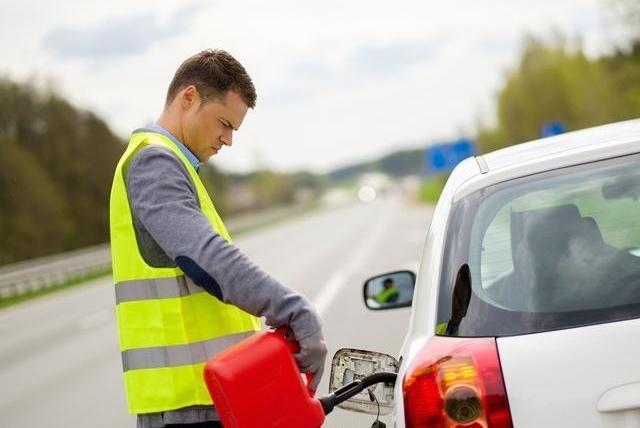 高速公路上车快没油了前方又没油加油站该怎么办