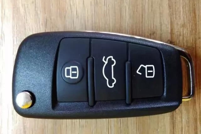 汽车钥匙被锁在车内怎么办?老司机教你几招,别急着砸玻璃