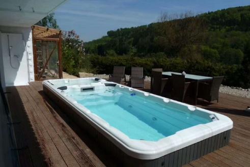 最奇妙的游泳池,看起来就像个大型浴缸,可在这游泳却像游不到头