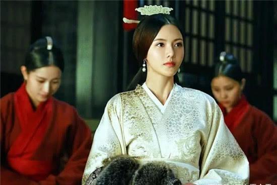 皇后另嫁新君,新君问:我和你前夫相比如何?皇后的回答很聪明
