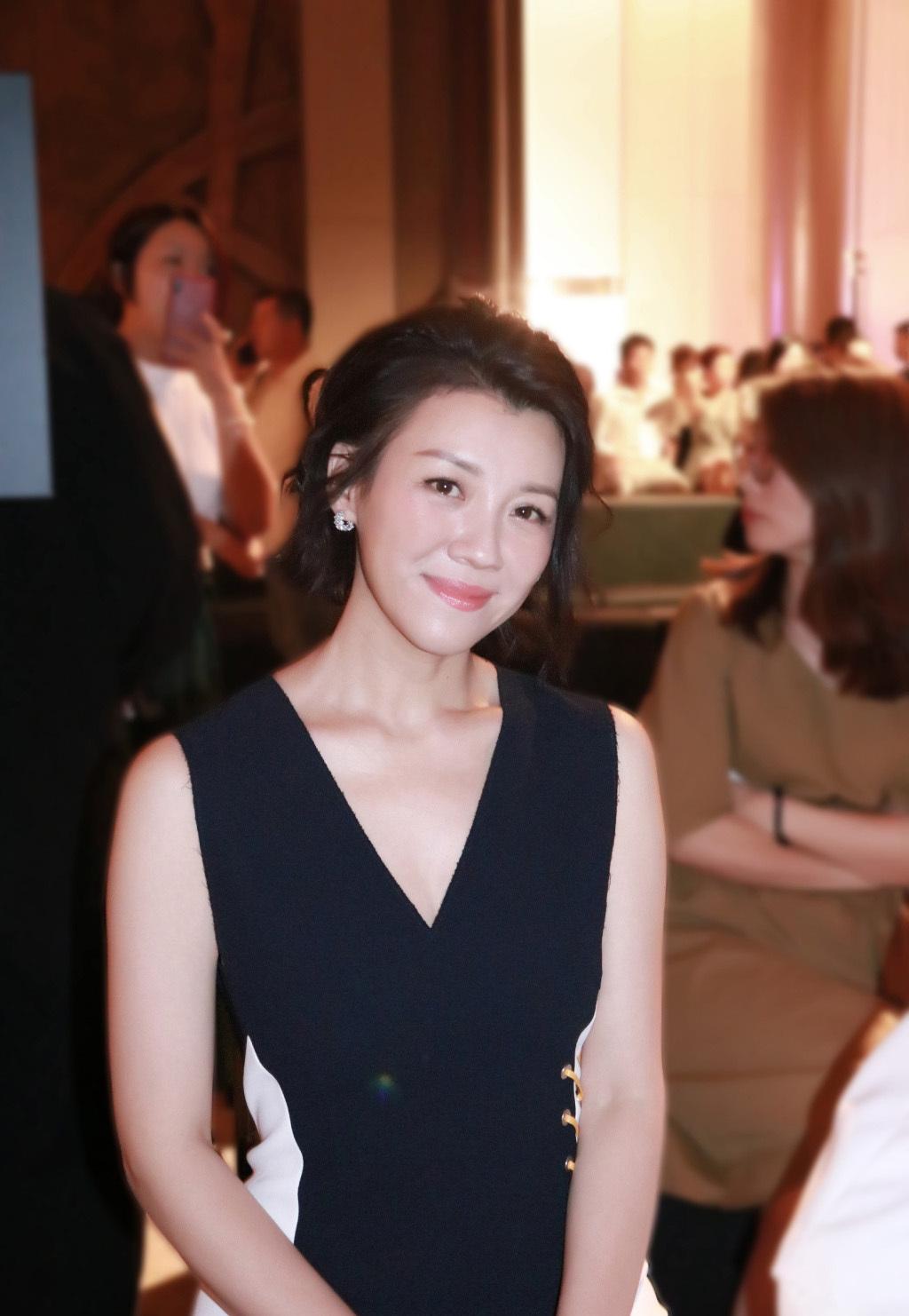 劉琳色圖_早期出席活动的刘琳,一袭黑白色拼接连衣裙,很是迷人