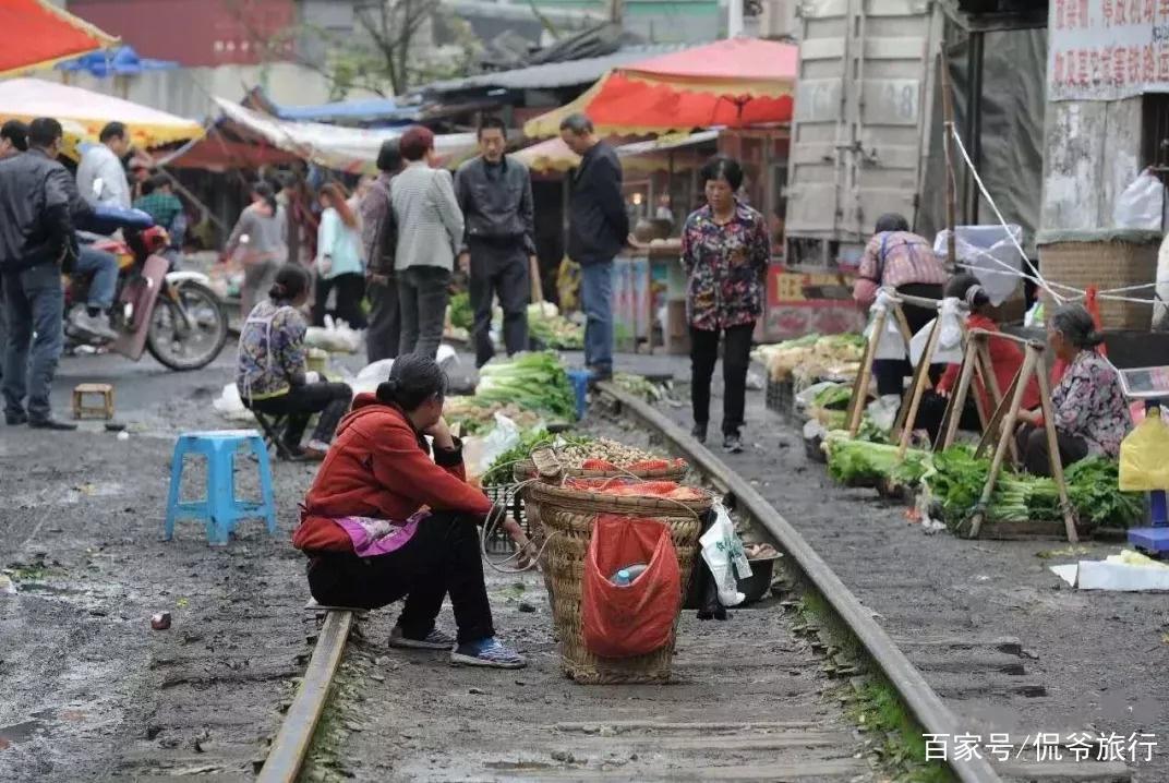 """全国最""""嚣张""""菜市场,瓜果蔬菜摆在火车铁轨上,生意还异常火爆"""