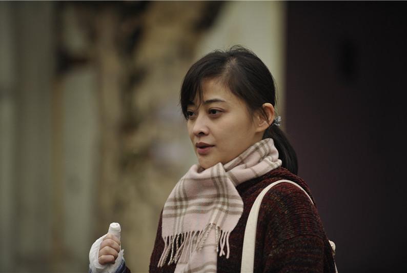 她是章子怡的同学,头婚失败后疯狂拍戏,如今二婚被宠成公主
