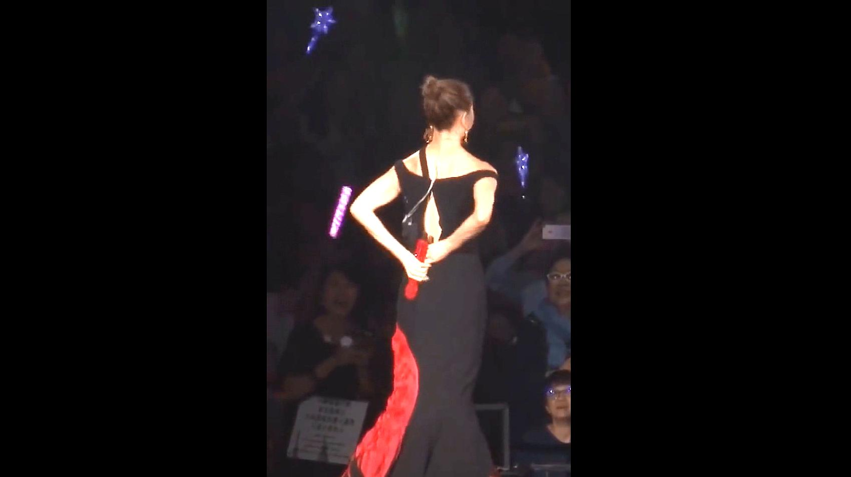 天后郑秀文演唱会裙子崩开了!前排的观众有福利咯!