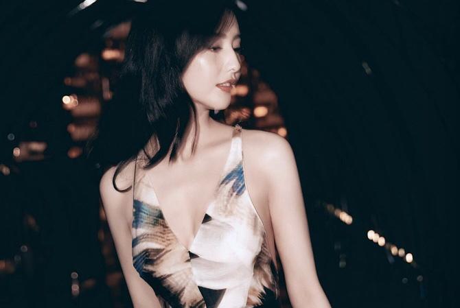 美翻!佟丽娅温柔长发现身活动,699元深V露背裙,穿出高定礼服感