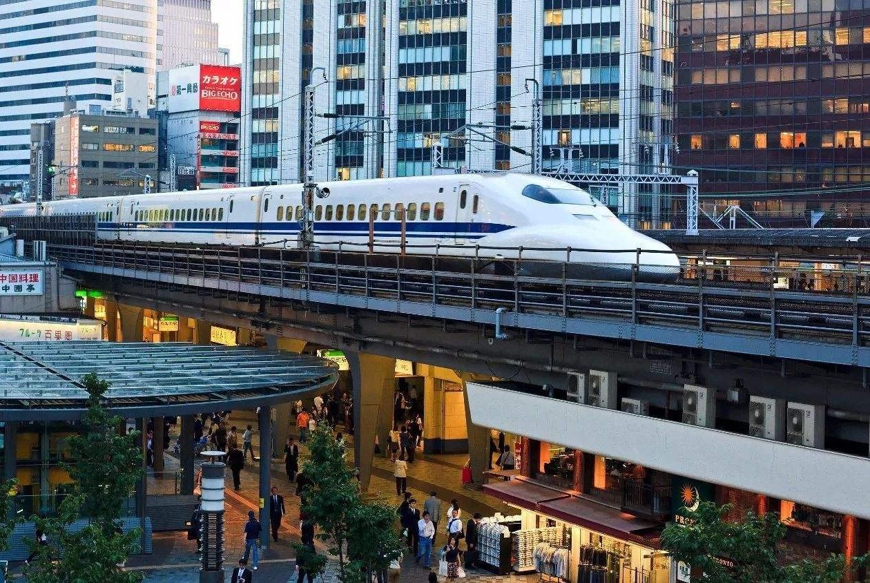 """我国最奇怪的两座高铁站,一座建在""""天上"""",一座建在""""地下"""""""