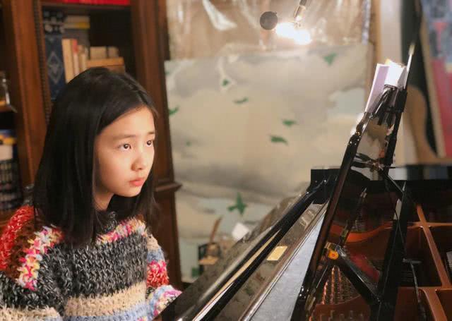 弹钢琴唯美意境高清图片