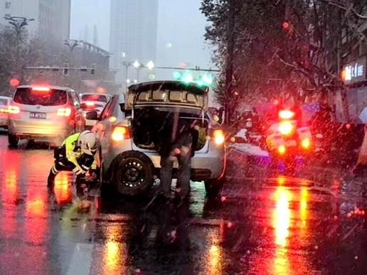 合肥长江中路一交警雪中帮车主换轮胎 暖心之举被朋友圈纷纷点赞