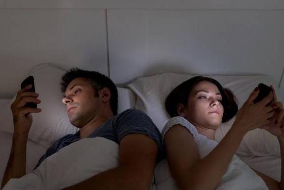 """喜欢睡前玩手机,可能会引起这些""""难堪"""",要引起重视"""
