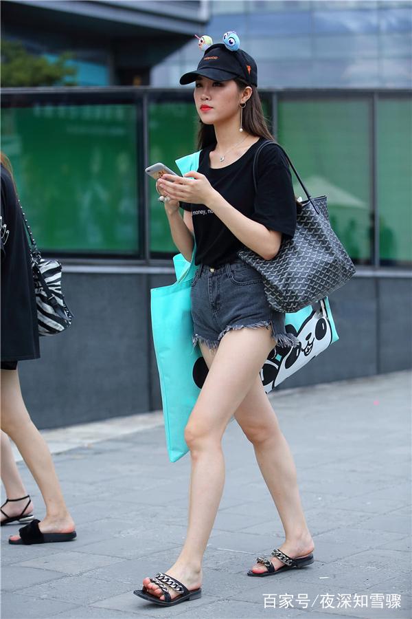 街拍:小姐姐帽子上可爱的发夹,萌萌哒图片
