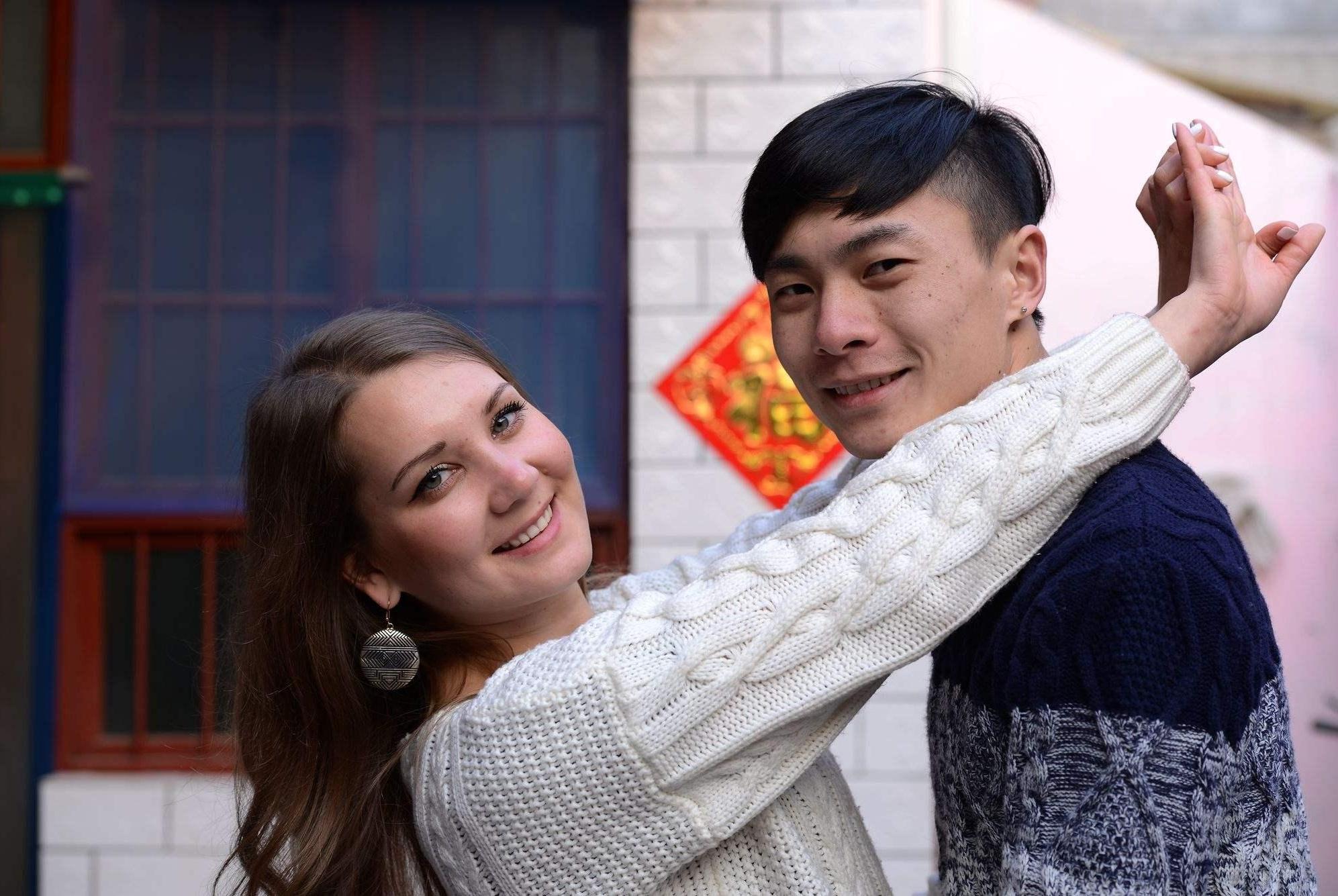 洋媳妇不满农村婆婆带娃,天天防着对方,女婿只能接洋岳母来中国
