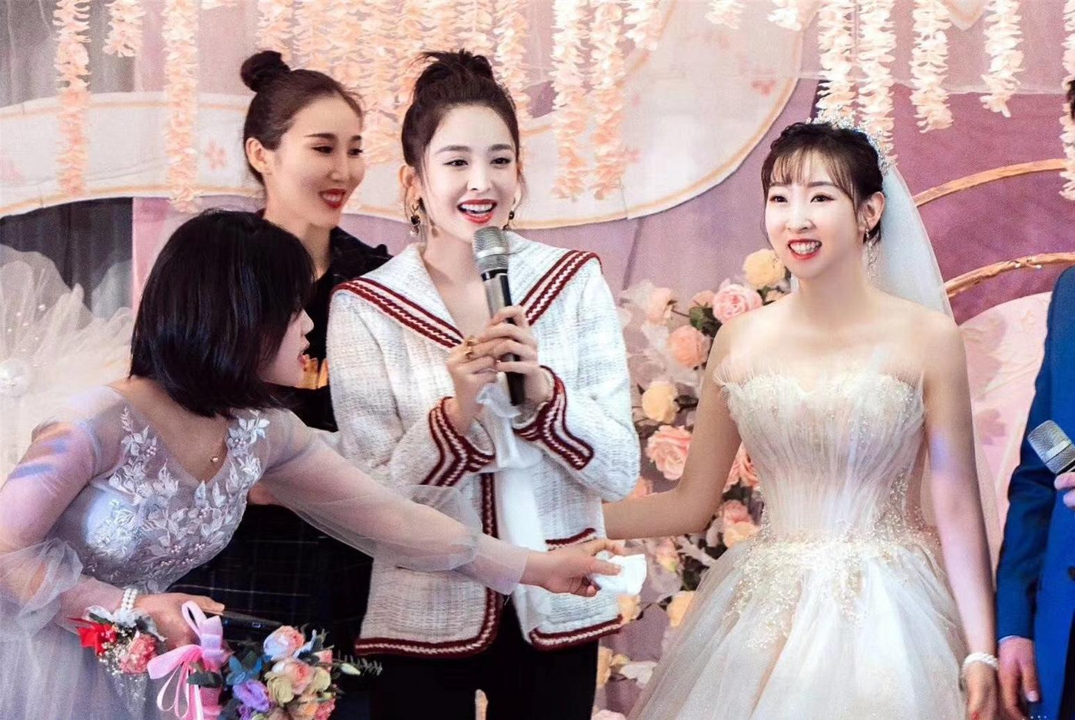 古力娜扎参加15年闺蜜婚礼,表演舞蹈活跃气氛,还接到了新娘捧花