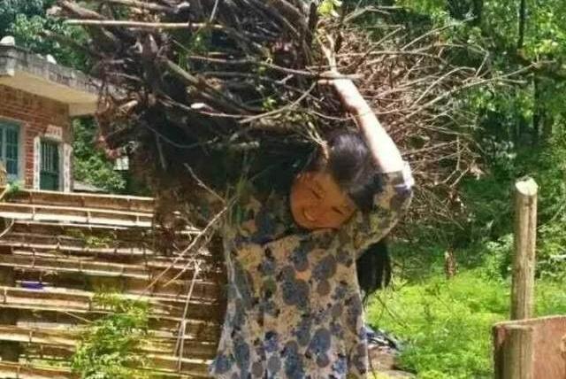 49岁村妇种地之余勤练书法,最终成果了得,一笔好字惊艳专家!