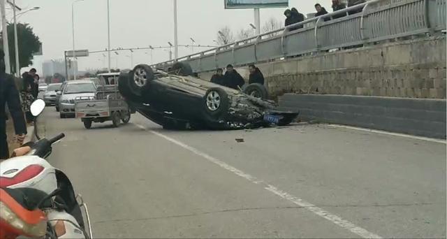 单方肇事事故_南阳雪峰桥发生单方事故,轿车躺在路中间