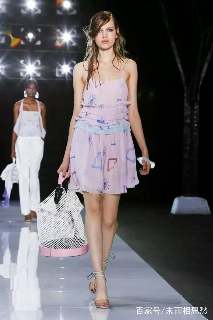 时装秀:女模特造型清爽自然,简单搭配展现时尚感,体现前卫新潮