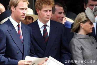 威廉小时候跟芭芭拉握手,像极了小绅士,妈妈戴安娜一旁好欣慰!