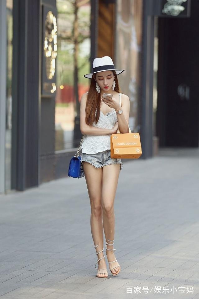 街拍:小姐姐穿着可爱,好想娶回家做媳妇!