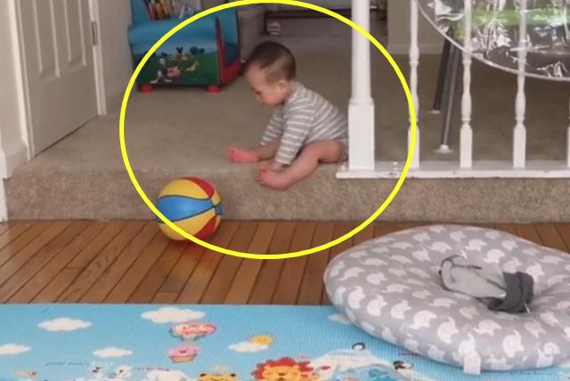 宝宝胆子很小,下个台阶都小心翼翼的,网友:妈妈快来帮忙