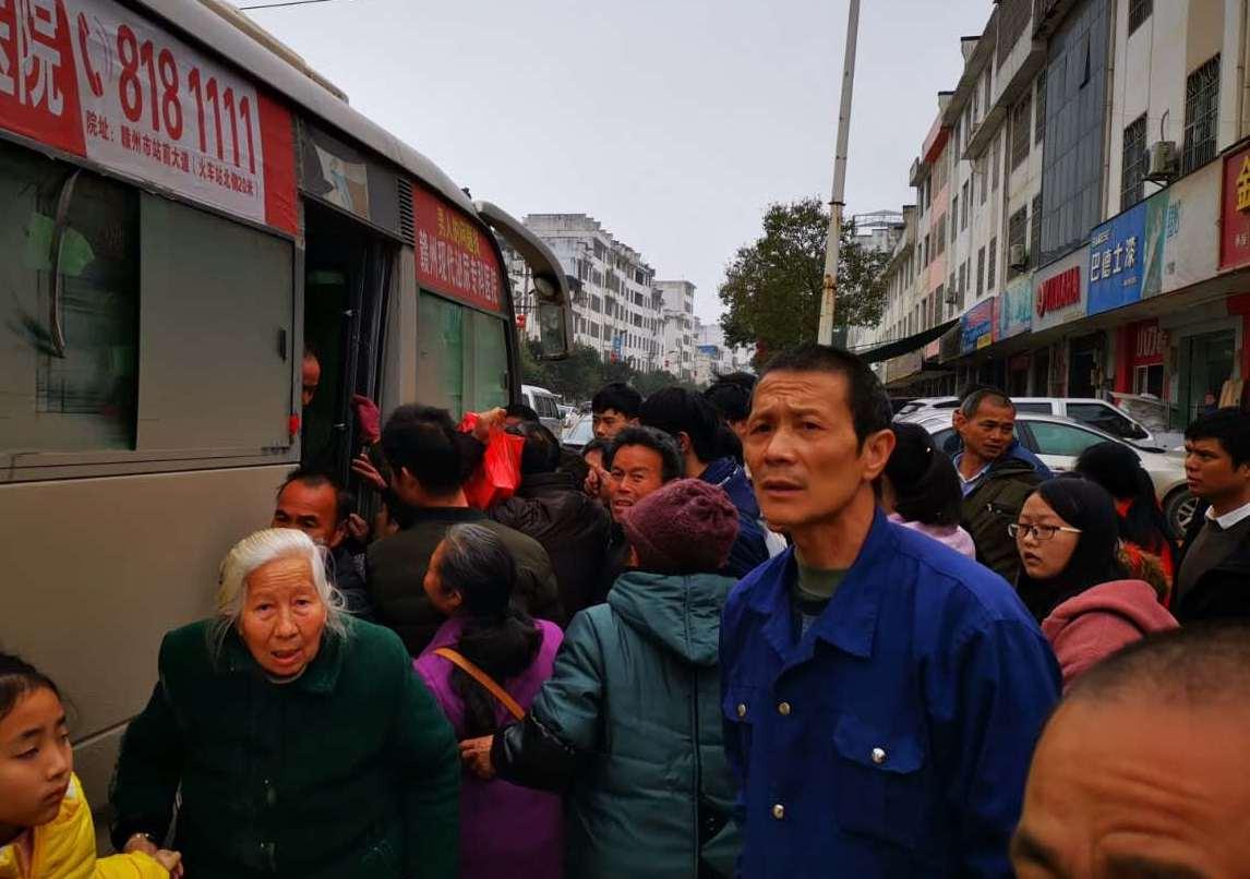 春节过后,村镇返城农民排队等候坐车,数分钟等来一辆挤不上去