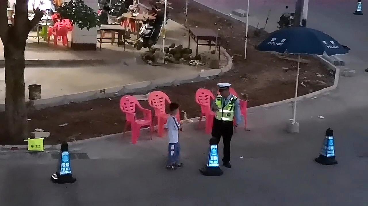 暖心!小孩看到警察蜀黍站岗辛苦,端着蛋糕跑去慰问!长大可期哦