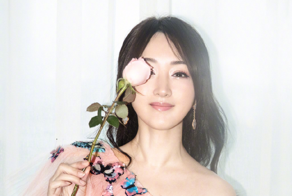 48岁杨钰莹晒旅游照,一袭白衣简约时尚,回眸一笑宛若仙子