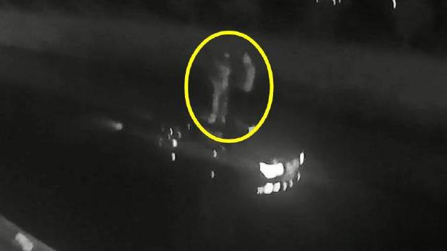 """【为了一根烟,90万的车开进河,还是借的……】2019年12月6日0:39分许,浙江省乐清市公安局交通警察大队接到报警:""""我的车子掉进水里了,我现在车顶上,快点来人救救我啊!""""交警迅速驱车赶往现场,发现一辆银白色的宝马7系轿车横卧在河水中央,两名男子站在车顶上,在寒风中瑟瑟发抖。"""