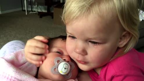 小萝莉睡醒后大哭,看到小baby后立马安静相拥,超有爱