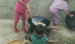 这么小的孩子就能做饭了我太宠我的孩子了