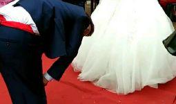 谁先抬头谁做饭,新郎怎么着都不愿意抬头,新娘无奈抬起头表情好尴尬!这男人!唉!