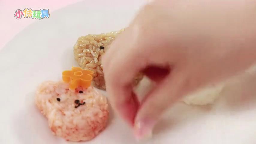 《小伶玩具》超级美味的凯蒂猫饭团快要完成啦!