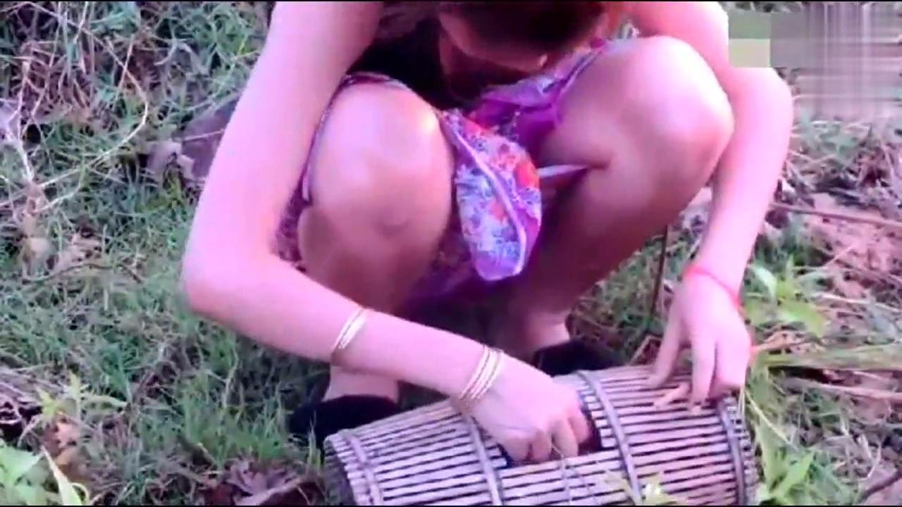 农村美女稻田里捕鱼,最后没想到抓到这种东西