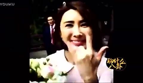 参加袁弘婚礼的胡歌 被镜头拍到的他动作好妖娆
