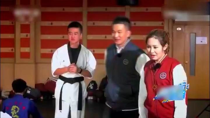 萱萱王刚跆拳道社大PK,最后变成相扑大赛