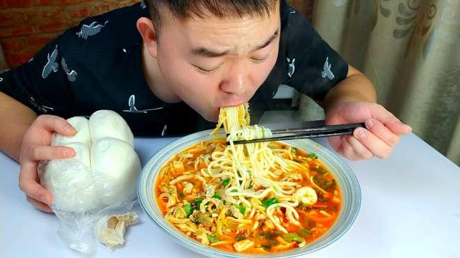 美食猫做一碗麻辣羊杂面,吃馒头配大蒜,连汤带水真过瘾