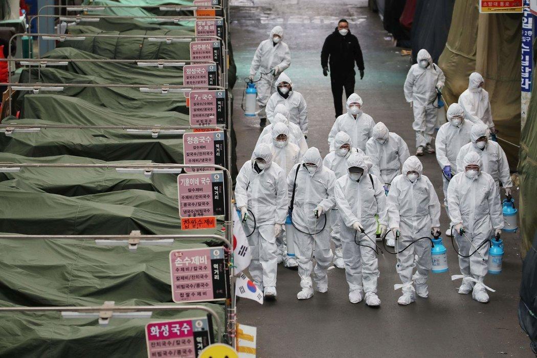周日,工作人员在大邱一家市场喷洒消毒剂。