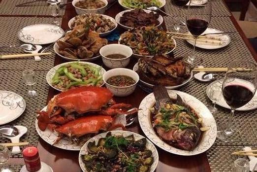 参观陈建斌的豪宅,如今生活过得像小老头,餐桌上全是海鲜食材
