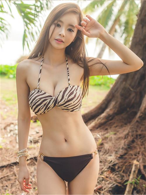 身材丰腴的小姐姐, 时尚泳装穿搭, 性感十足!