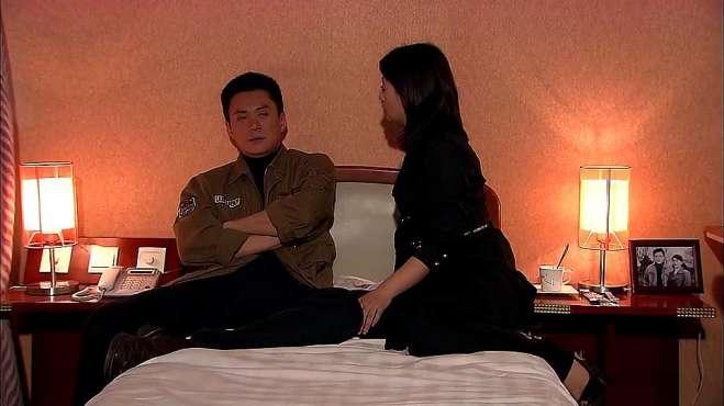男女二人在床上,男子居然说出这种话?女生好像不高兴了?