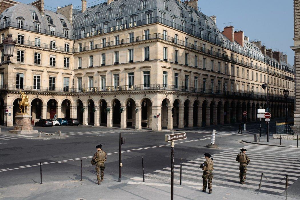 3约,法国士兵在巴黎街头巡逻。