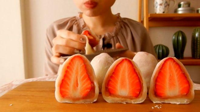 大姐吃草莓糯米大福!为什么还要拿一个小碟子?看起来优雅吗