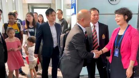 """""""光头警长""""刘Sir抵达北京 与警队同事们现身首都机场"""