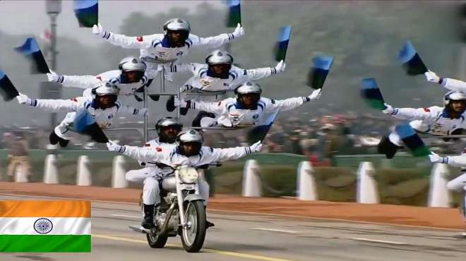 印度阅兵,当一辆摩托车载着7个士兵出场时,奥巴马无奈的笑了