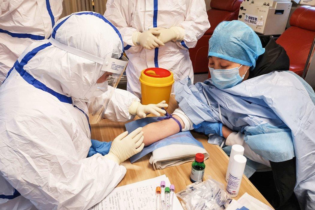 周五,在山东邹平的一家医院,一名痊愈的冠状病毒患者在献血。